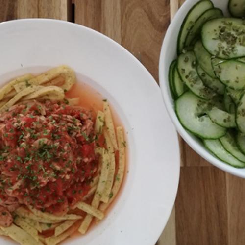 Low Carb Tagliatelle mit Tunfisch-Tomaten-Sauce